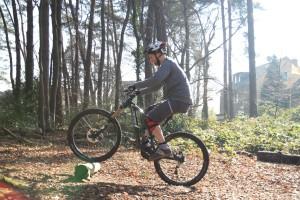 Vorderrad über das Hindernis dirigieren, weiter pedalieren.