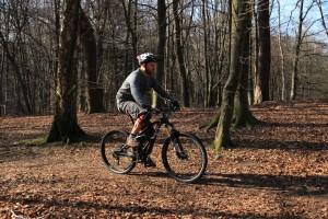 Dynamisch: Arme strecken, mit Kraft los pedalieren und Oberkörper nach hinten lehnen.