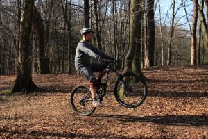 Gleichmäßig pedalieren, Finger an der Hinterrad-Bremse und Balance-Punkt finden.