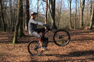 Sinkt das Voderad ab, stärker pedalieren - kippt man nach hinten, Hinterrad-Bremse dosiert ziehen.
