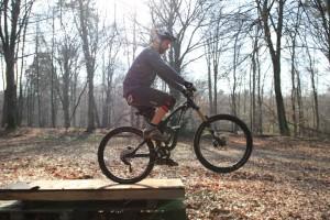 Oberkörper aufrichten, konsequent pedalieren - Arme gestreckt!