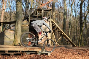 Bike in zentraler Haltung unter sich pendeln lassen, Arme werden gerader.