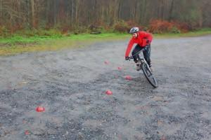 Vorausschauend mit dem Körper hingucken, wo man hin will – deine äußere Körperhälfte dreht sich ein u. das Bike neigt nach innen. Inneres Bein öffnen, Sattel berührt es (5ter Kontakt)