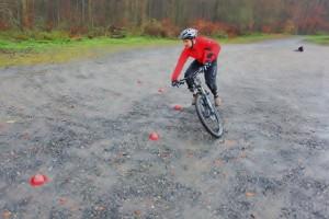 Zum Kurvenausgang schauen! Bei Bedarf die Bike-Neigung durch mehr Eindrehen von Hüfte und Beinensteigern,  Kurvenradius enger u. Traktion steigt.