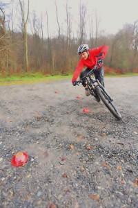 Äußere Pedal auf 6 Uhr, tiefer Schwerpunkt u. Körper eingedreht. Bike-Neigung verstärkt!