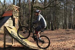 Die Rampe eine Radlänge hochfahren, gemäßigtes Tempo!