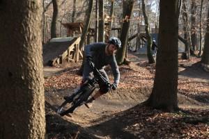 Blick zum Kurvenausgang, Bike u. Körper in Schräglage.